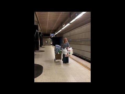 Viraler Hit: 52-jährige Frau macht U-Bahn-Station zur ...