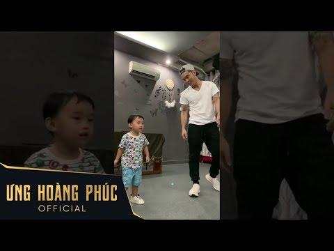 Ông trùm Ưng Hoàng Phúc dạy con trai Johnny học nhảy cực cute - Thời lượng: 1:13.