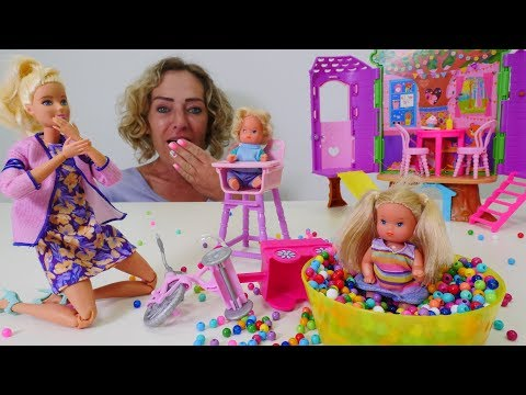 Spiel mit Puppen. Nicoles Arbeitsagentur. Barbie arbeitet im Kindergarten