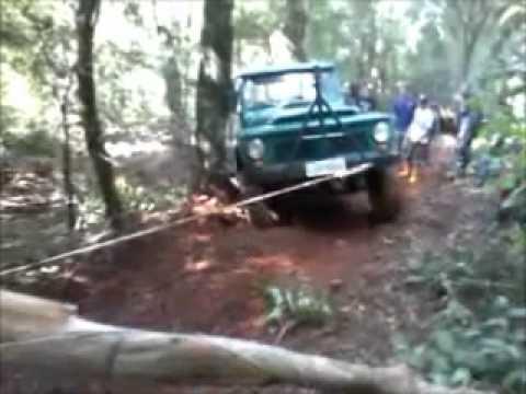 Trilha de gaiolas e jeeps em Saudades