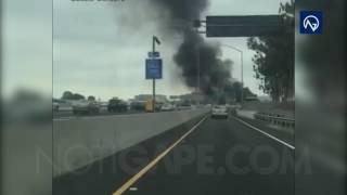 Este viernes en una autopista muy próxima al aeropuerto John Wayne de California, una avioneta se estrelló situado en el condado de Orange y a unos 50 kilómetros al sureste de Los Ángeles en Estados Unidos.