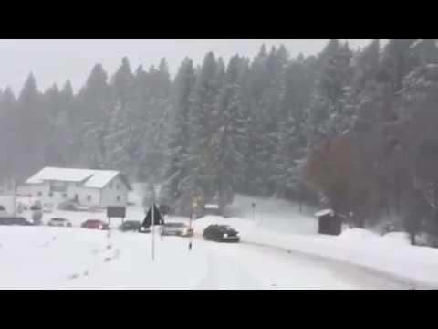 Im Schnee stecken geblieben: Fünf Audi-Fahrer ziehen 40-Tonnen Lastwagen den Berg hoch