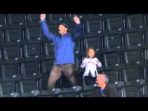 瘋狂粉絲老爹在球場上和兩個女兒大跳熱舞!