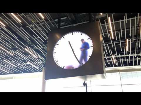 Todella erikoinen kello lentokentällä, vai mitä?