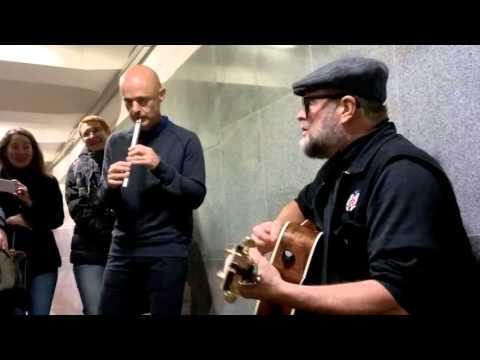 БГ поет в метро