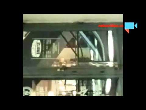 Číňanka si hraje na eskalátoru