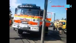 NEHODA NA PŘEJEZDU! V Opavě se střetl vlak s autem. Řidič byl zraněn
