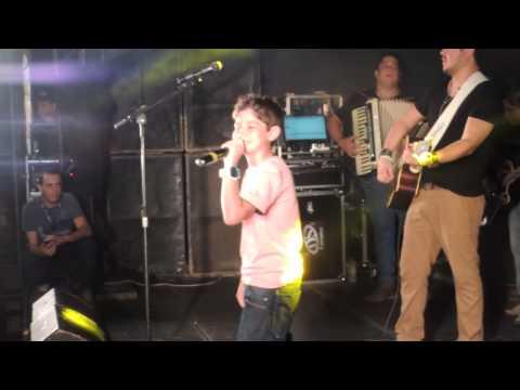 Lucas Trentin cantando em Nova Esperança com Leo e Giba