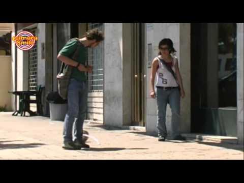 il portiere della strada. tira la palla! spassoso...