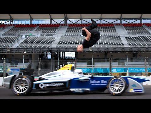 F1賽車以時速100公里從他的背後飛馳而來,就在車身即將接近的時候他用超瘋狂躲避動作讓人驚訝到下巴脫臼!
