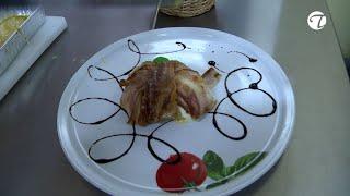 Büffelmozzarella gefüllt mit Pesto Rosso und ummantelt mit Pancetta