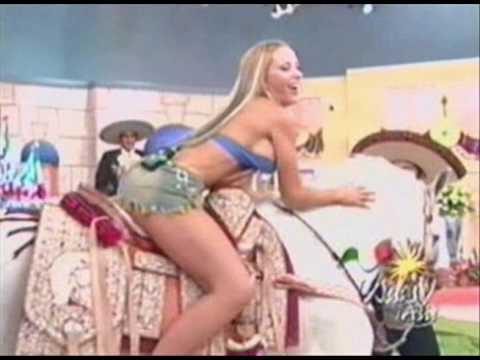 Ivonne Soto modelando en minifalda