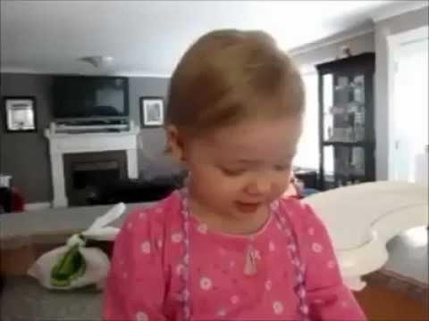 kleines Mädchen singt mit, sehr putzig