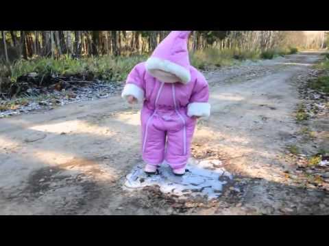 Малышка первый раз увидела лед))))