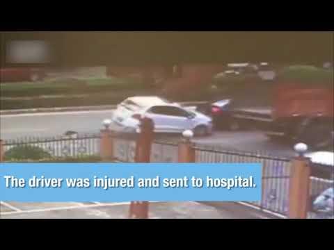 العرب اليوم - شاهد: باب شاحنة يقلب سيارة على الطريق في الصين