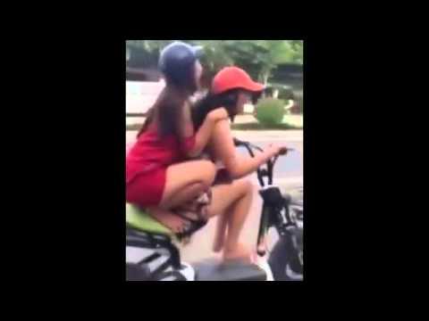 2 thiếu nữ ngã nát xe vì đùa giỡn trên xe đạp điện