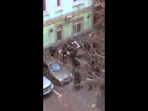 Беркут убивает человека в тихом переулке #Євромайдан