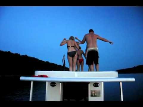 Chica borracha y en bikini bailando sobre un barco: al agua por obediente
