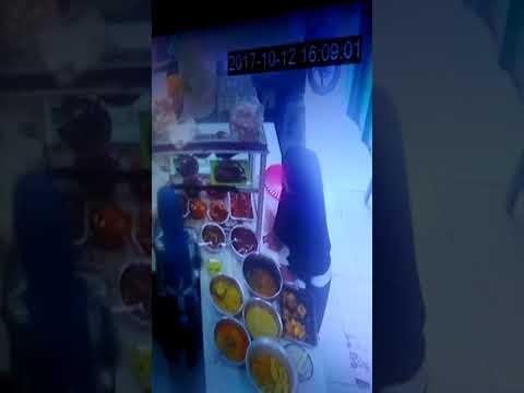 ibu berjilbab mencuri handphone di warteg sukses Cariu , Kotabaru krw .