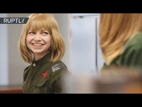 Emprendedoras rusas vestidas como militares soviéticas abren un restaurante en Tokio