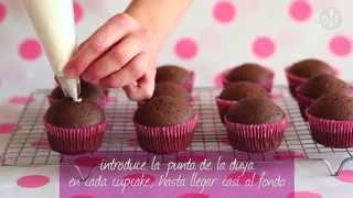 Cupcakes de chocolate rellenos de crema batida