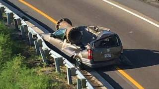 Motorista sobrevive com ferimentos leves após estrutura de metal esmagar seu carro. A informação é do jornal Extra.