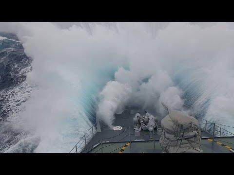 Kad DŽINOVSKI talas poklopi vojni brod pa brod postane podmornica