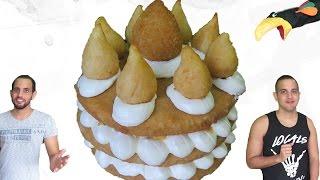 No dia de hoje trazemos uma deliciosa receita salgada. Mas não qualquer receita salgada, a receita que mais bombou na internet recentemente, O BOLO DE COXINHA! Porque a gente gosta de bolo, e não poderíamos deixar de fazer um com aquela que é a Mãe de Todos os Salgados!E claro que explicamos como ela, Zilda, A Susana Vieira do Youtube, criou a Coxinha, durante a sua juventude no interior.Curta nosso Facebook: https://www.facebook.com/CanalCadeiaAlimentar/Nos siga no Instagram: https://www.instagram.com/cadeiaalimentar/Segue no Twitter: https://twitter.com/CadeiaAlimentarReceitaMassa da coxinha• 875ml de água• ½ cebola• 2 cubos de caldo de galinha• 50g de margarina• 500g de farinha de trigo peneirada• de sal (se precisar)Recheio• 50g de margarina• ½ cebola picada• 8g de colorau• ½ kg de peito de frango cozido e desfiado• ½ maço de cheiro verde picadoPara Empanar • Ovos• 350g de farinha de roscaDisco con Tutti de Kevin MacLeod está licenciada sob uma licença Creative Commons Attribution (https://creativecommons.org/licenses/by/4.0/)Origem: http://incompetech.com/music/royalty-free/index.html?isrc=USUAN1200091Artista: http://incompetech.com/