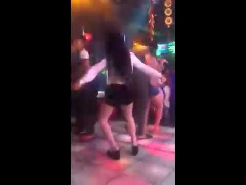 gái xinh quẩy trong quán Karaoke