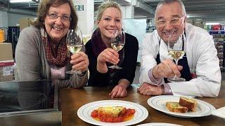 """Die """"Hamburger Tafel"""" unterstützt und organisiert seit mehr als zehn Jahren Kochkurse in sozialen Einrichtungen. In den Kursen gibt es Tipps und Tricks für preiswerte Rezepte, die einfach in der Zubereitung, zudem gesund und lecker sind. Schmackhafte und günstige Rezepte stehen auch auf der Speisekarte von Rainer Sass. Zusammen mit der Tafel-Mitarbeiterin Silvia Becker brät der NDR Chefkoch zunächst  knusprige Frikadellen. Dazu gibt es einen Stampf aus frischen Möhren und Kartoffeln. Der Clou: Die Zutaten kosten nur 1 Euro pro Person."""