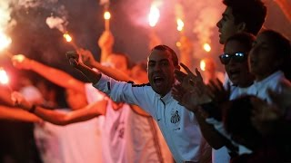 A torcida prometeu e cumpriu! Na final da Copa do Brasil 2015, os santistas fizeram o famoso Corredor de Fogo, além de muito barulho nas arquibancadas e ...