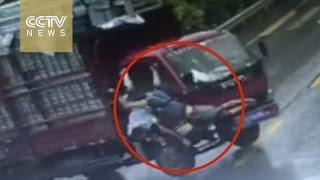 شاحنة ترمى ركباها بمجرد توقفها