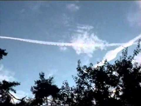 Chemtrail plane finishes a cross and stops spraying (17.09.2010)