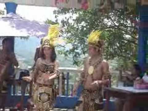 DANZAS SELVATICAS - http://www.meescapedecasa.com Aprecie un vídeo de algunas danzas de la selva amazónica en la ciudad de Moyobamba (Perú), en el marco de celabración de XIV Fe...