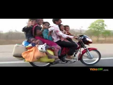 Toda la familia india en un ciclomotor