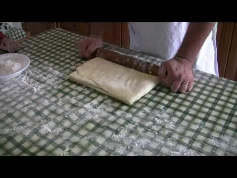 stesura della pasta per i croissant