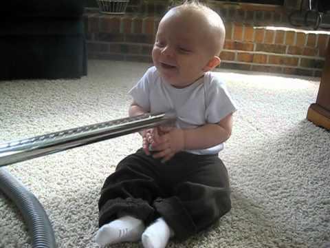 Bimbo adora l'aspirapolvere