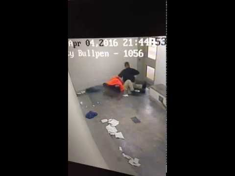 Un guardia de una cárcel de EE.UU. estrangula a un preso afroamericano