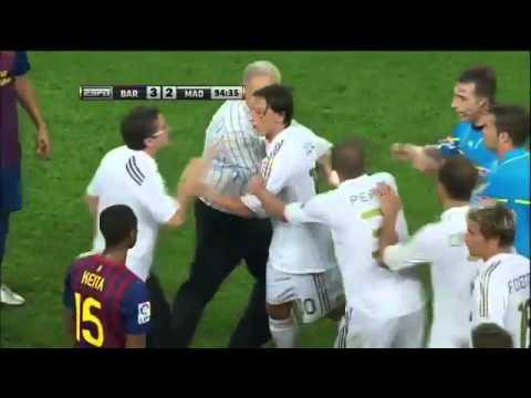 Real Madrid vs Barcelona Supercopa Brawl in Spanish, August 17, 2011 Fabregas, Ozil, Villa Red Card (видео)