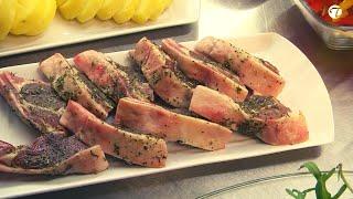 Marinierte Lammkoteletts auf lauwarmen Salat und gebackene Kartoffelscheiben