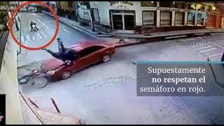 Dos motoristas supuestamente no respetaron la señal del semáforo y se accidentaron 6ª  Avenida y 3ª  calle, zona 1, de la cabecera de Huehuetenango. (Video Prensa Libre: Cortesía).