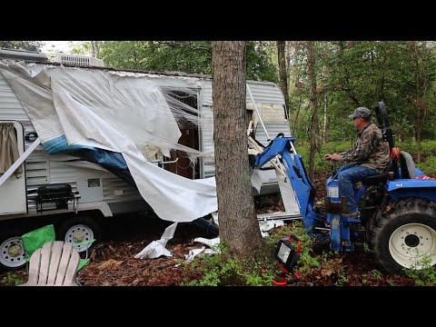 爸爸之前摧毀他所有電動因此就不爽出走住到樹林的拖車裡,接著他爸爸找到他後開著怪手出現...