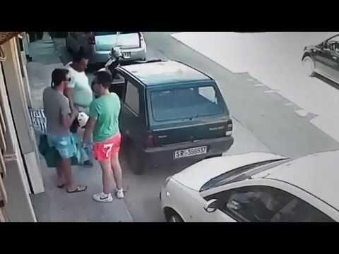incredibile! guardate cosa fa quest'uomo per uscire da un parcheggio stretto