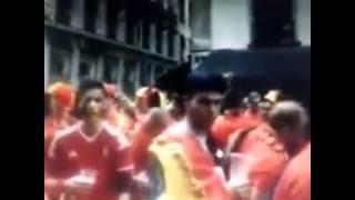 Fãs belga se reúnem no centro da cidade de Lyon para um carnaval.