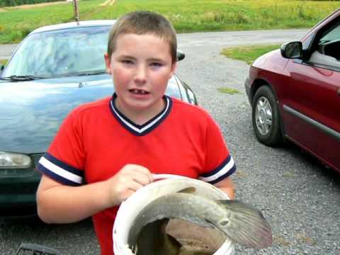 Jeune pêcheur qui a attrapé un poisson castor