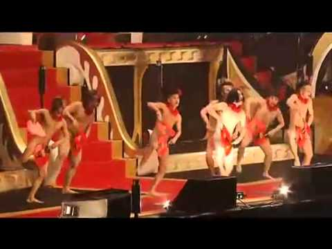日本史上最雷光腚扇子舞現場版!裸體的男舞者讓全場女性HIGH到不行!