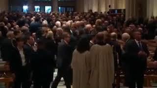 """Lech Wałęsa na pogrzebie Prezydenta Busha, w koszulce """"konstytucja""""."""