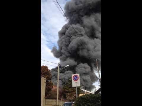 Rescaldina, a pochi metri dal grande incendio