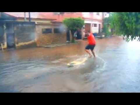 Surfando em Campos Elíseos - Enchente em Duque de Caxias