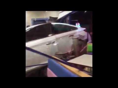 العرب اليوم - شاهد: رد فعل عملاء عقب اقتحام سيارة مسرعة مطعمًا في الرياض